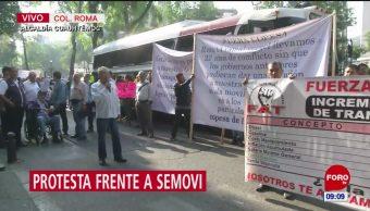 Transportistas protestan frente a Semovi