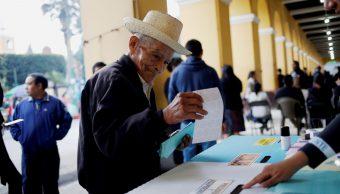Foto: Tereso Guerra, de 85 años, fue el primero en llegar a un centro de votación, 16 junio 2019