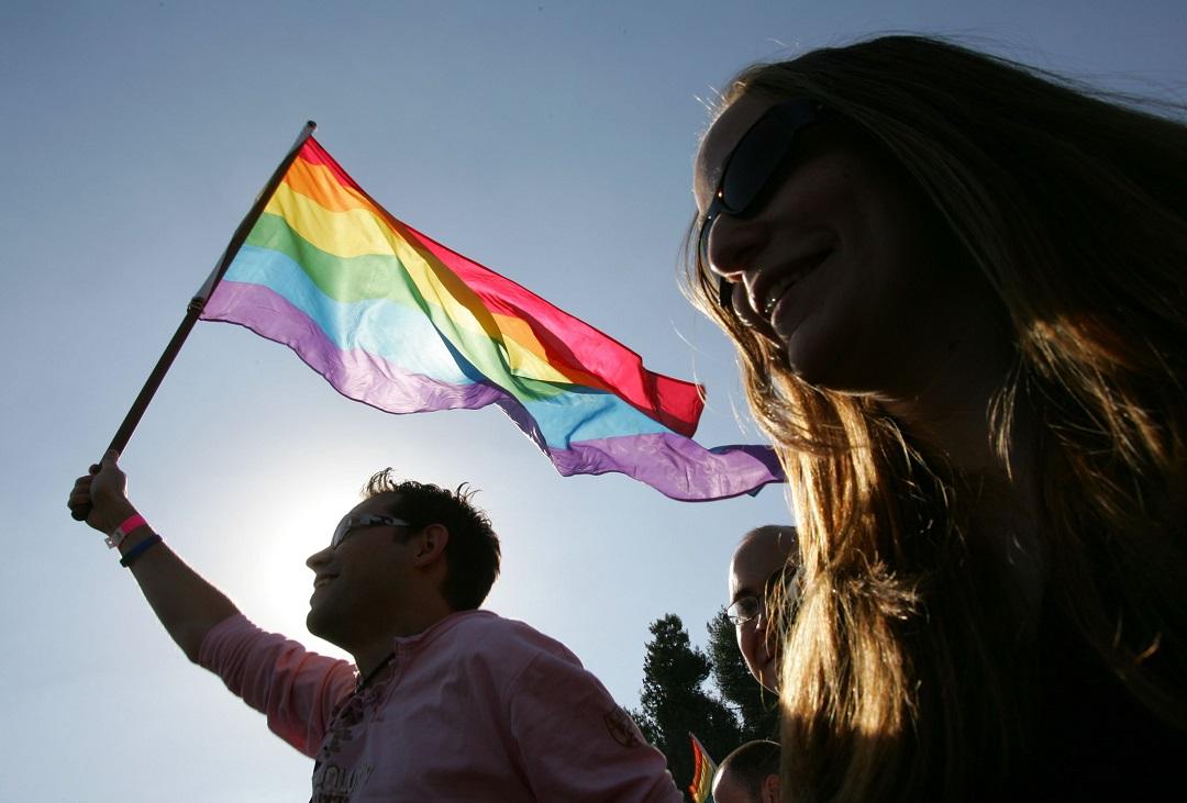 Foto: Un hombre ondea una bandera arcoíris. El 10 de noviembre de 2006
