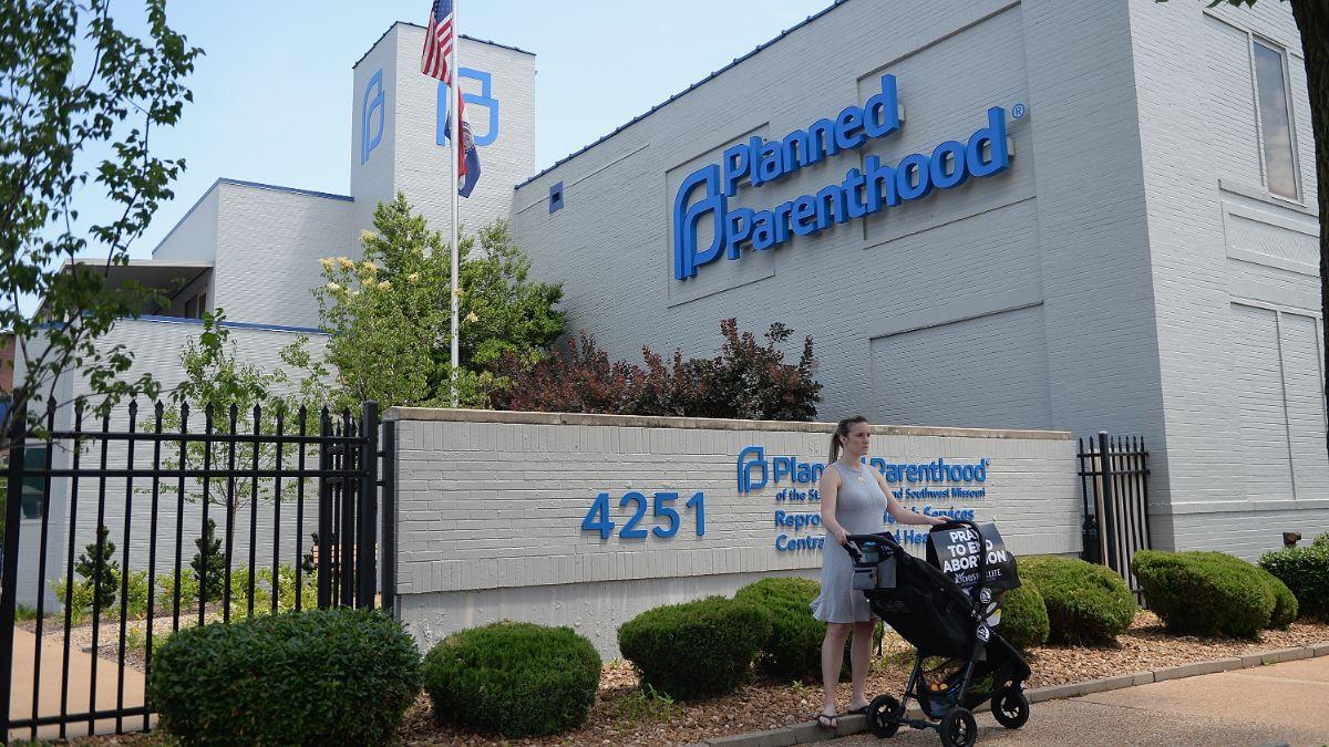 Foto: Grupos antiaborto protestan afuera de la última clínica de planificación familiar en Missouri, EEUU. El 4 de junio de 2019