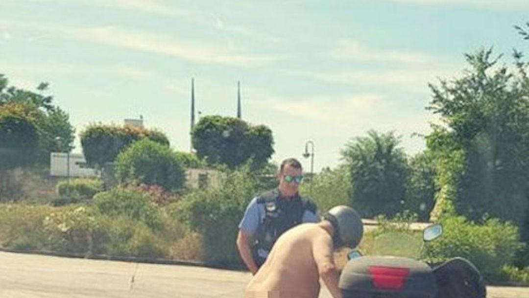 Foto Hombre pasea desnudo en moto debido al calor 28 junio 2019