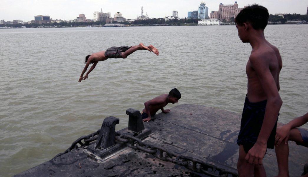 Foto: Niños juegan en el río Ganges, en la India, 11 de junio de 2019, India