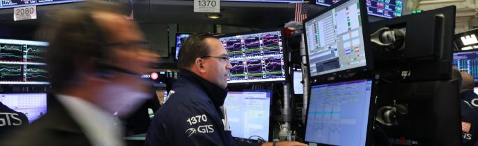 Foto: Los comerciantes trabajan en el piso de la Bolsa de Nueva York (NYSE), junio 11 de 2019 (Getty Images)