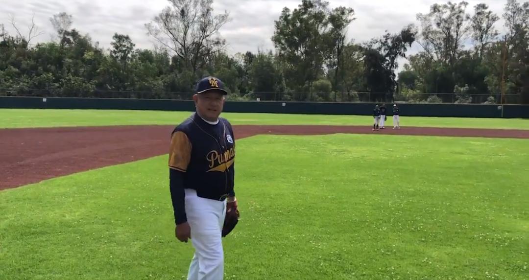AMLO juega béisbol mientras protesta la Policía Federal