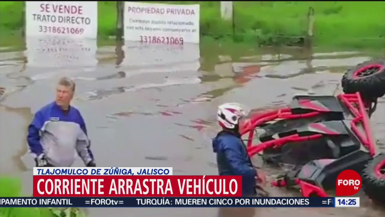 Corriente de agua arrastra vehículo en Tlajomulco
