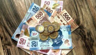 Foto. Billetes y monedas mexicanas. Getty Images/Archivo