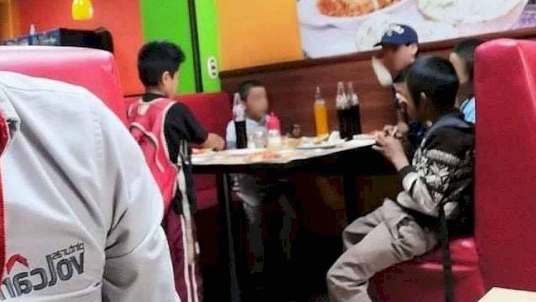 Foto niños invitan a comer pizza a pequeño vendedor de dulces 1 julio 2019
