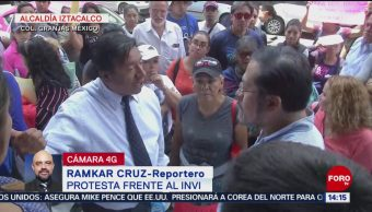 Manifestantes protestan frente al INVI en Iztacalco