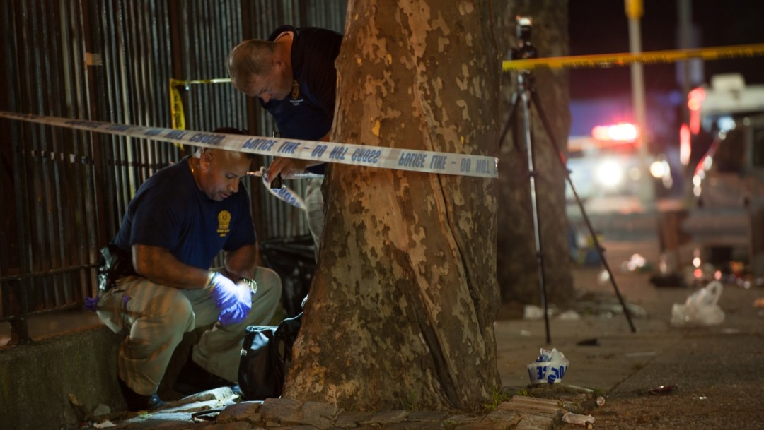 Foto: Miembros de la policía de Nueva York investigan un tiroteo en el Centro Recreativo de Brownsville en el distrito de Brooklyn, Nueva York, EU, el 28 de julio de 2019 (Reuters)