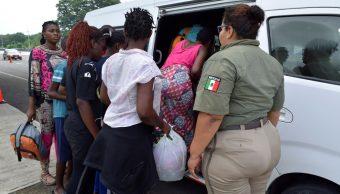 Foto: Un agente del Instituto Nacional de Inmigración (INM) observa a inmigrantes detenidos en un punto de control en Tapachula, Chiapas, julio 20 de 2019 (Reuters)
