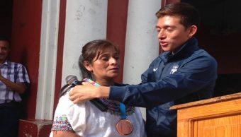 Foto Atleta da su medalla panamericana a su mamá, quien lo crió sola 16 agosto 2019
