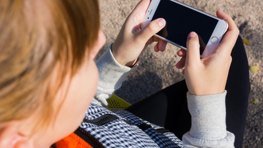 Foto: niño con celular. 11 agosto 2019
