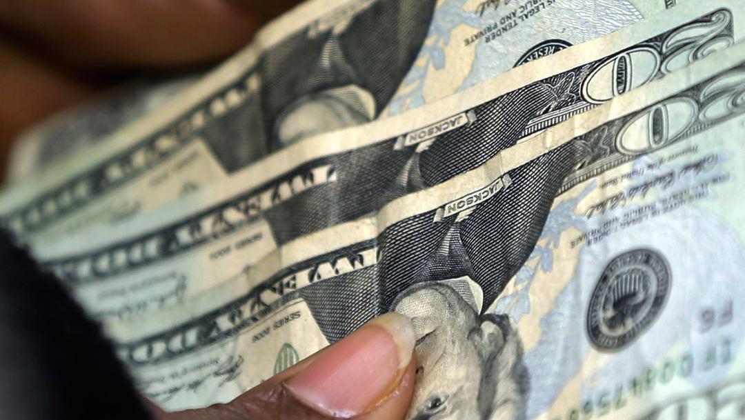 FOTO Dólar sigue con avance, abre en 19.65 pesos (AP)