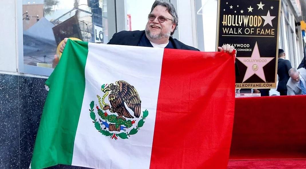 Foto: Guillermo del Toro posó con la bandera de México tras recibir el reconocimiento. El 6 de agosto de 2019