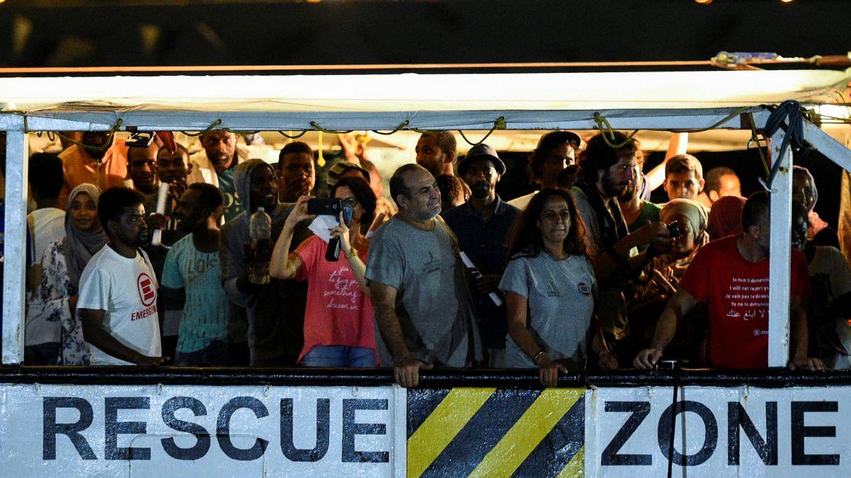Foto: Un grupo de migrantes desembarcan del buque humanitario 'Open Arms' en la isla italiana de Lampedusa. Reuters