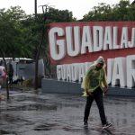 Foto: Transeúntes tratan de resguardarse de las intensas lluvias registradas, 31 agosto 2019