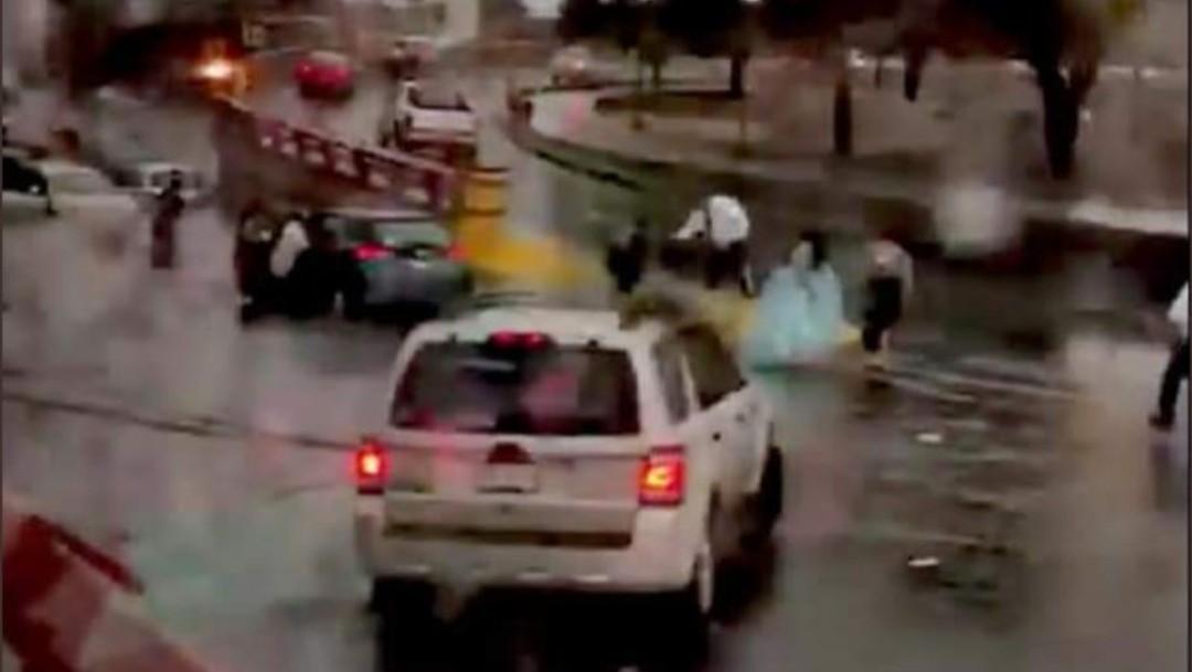 Video: quinceañera baja de camioneta debido a intensas lluvias en Nuevo León