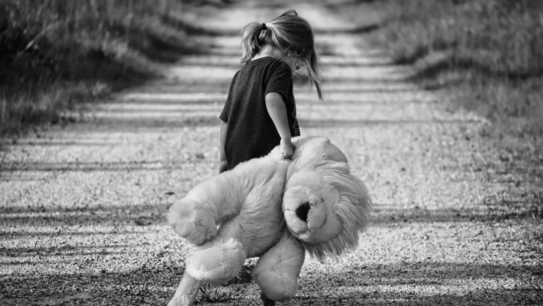 Foto: Niña caminando con oso en blanco y negro. 8 de agosto 2019