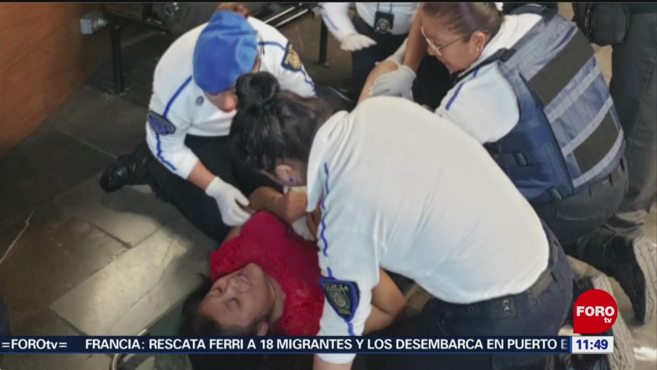 Auxilian a mujer en labor de parto en el Metro Pantitlán en CDMX