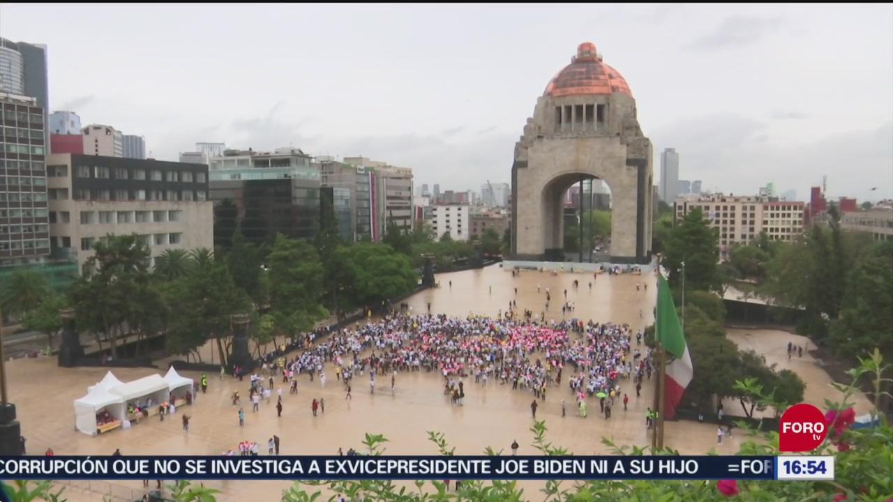 FOTO: Forman en Monumento a la Revolución el listón dorado humano más grande del mundo, 29 septiembre 2019
