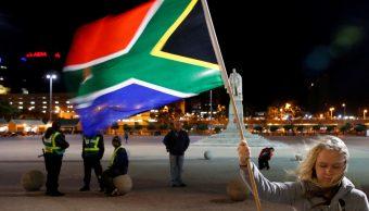 Foto: Una niña sostiene una bandera de Sudáfrica. Reuters/Archivo