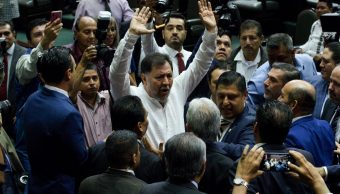 Foto: Gerardo Fernández Noroña alza los brazos durante una discusión con diputados panistas. Cuartoscuro