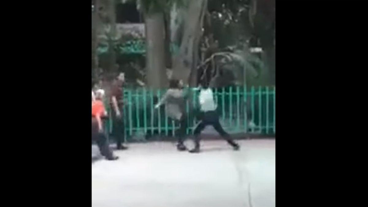 Foto: Dos mujeres pelaron con un guardia de seguridad en el Colegio de Bachilleres Plantel 3, en la alcaldía Iztacalco, Ciudad de México. YouTube