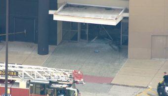 Foto: El conductor destrozó con su camioneta la entrada del Woodfield Mall en la comunidad de Schaumburg. Reuters