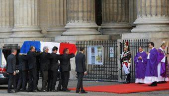 Foto: Su féretro, envuelto en la bandera francesa, llegó hasta Saint-Sulpice en un cortejo procedente del Palacio de los Inválidos, 30 de septiembre de 2019 (EFE)