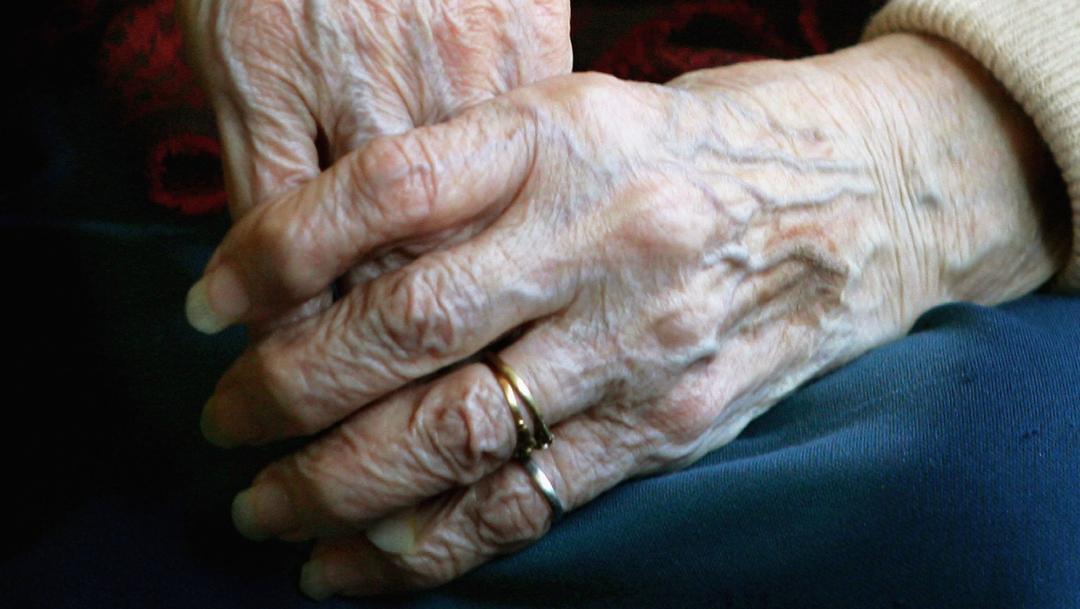 manos de abuelita anciana