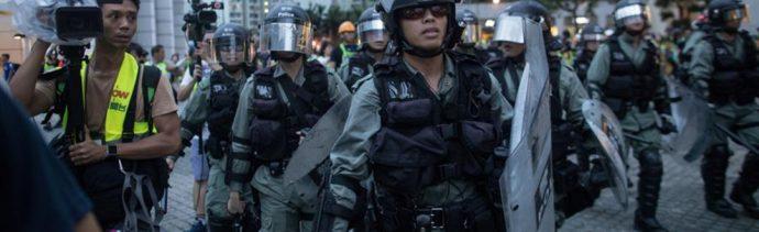 Foto: Los manifestantes lanzaron extintores y carros de equipaje contra guardias de seguridad del aeropuerto y policías antimotines, 1 de septiembre de 2019 (EFE)