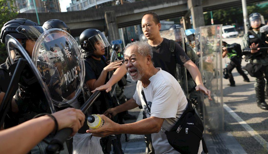 Foto: Un adulto mayor que simpatiza con los manifestantes se enfrenta con agentes de la policía antidisturbios durante las protestas en Hong Kong, 21 septiembre 2019