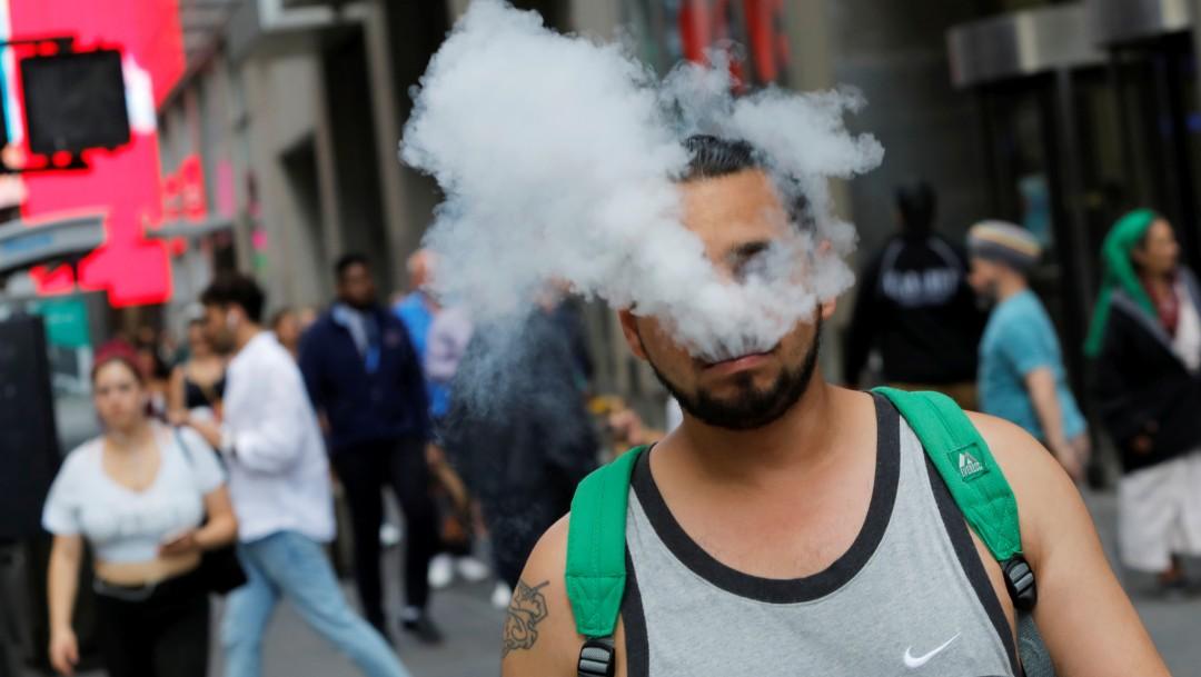 Foto: Hombre con cigarro electrónico, 9 de septiembre de 2019, Nueva York, Estados Unidos