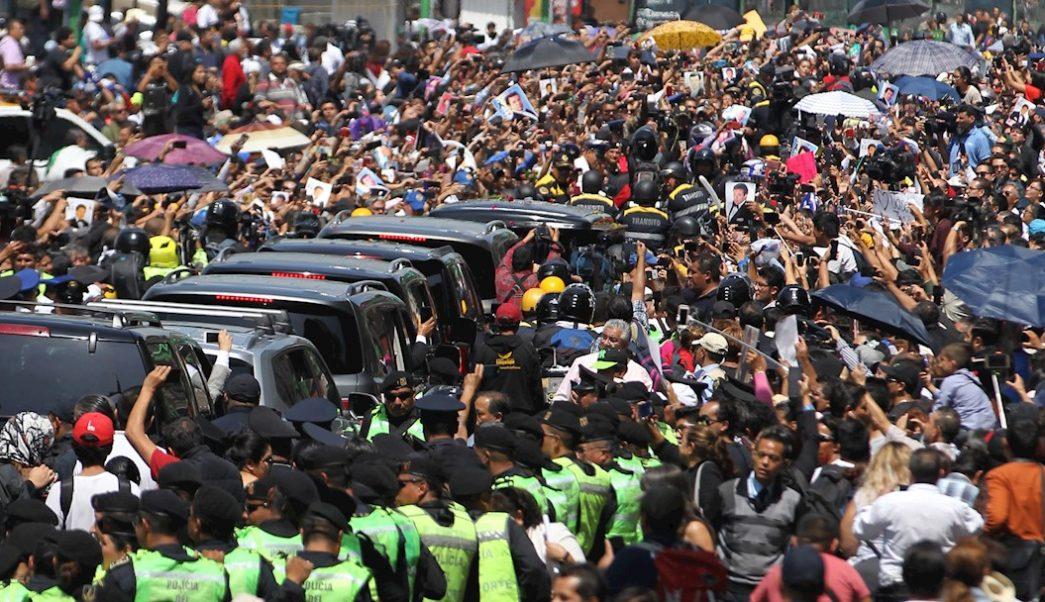 Foto: Multitud alrededor de la caravana con los restos del 'Príncipe de la Canción', 09 de octubre de 2019 (EFE)