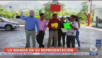 Alcalde de Pichucalco, Chiapas, usa figura de cartón en evento oficial