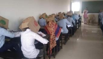 Foto Alumnos son obligados a usar cajas en la cabeza para no copiar 22 octubre 2019