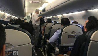Foto: El presidente Andrés Manuel López Obrador durante un vuelo en avión comercial, el 14 de octubre de 2019 (Cuartoscuro)