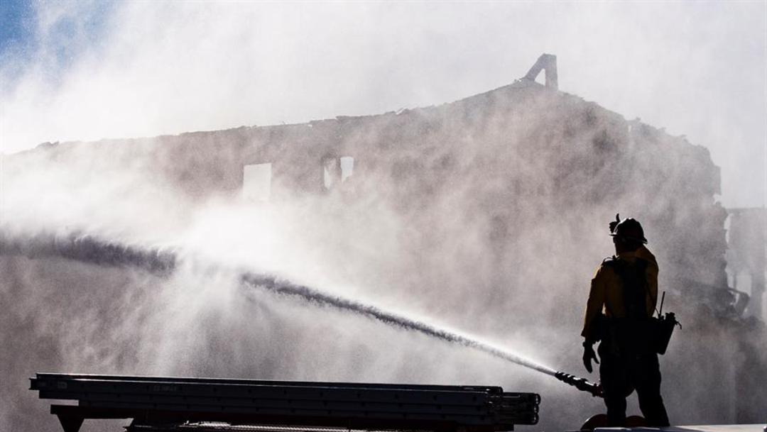 Fotos: Más de mil bomberos, apoyados por una docena de bombarderos de agua y cien camiones, intentaban contener el fuego, 26 de octubre de 2019 (EFE)