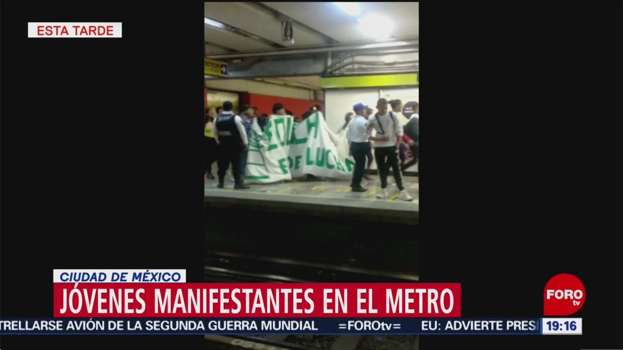 Foto: Grupos de manifestantes fueron captados en el Metro de la CDMX, durante su traslado, para participar en la marcha del 2 de octubre 2 Octubre 2019