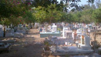 FOTO Para combatir dengue, prohíben usar agua en floreros de panteones, en Coatzacoalcos Twitter @G_Arriaga)