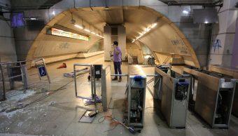 Foto: Manifestantes dañaron las instalaciones del Metro de la ciudad de Santiago, Chile. Efe