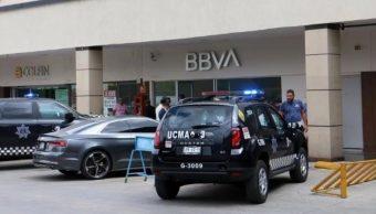 Foto: Patrullas de la Policía de Guadalajara custodiaron la sucursal bancaria. Twitter/@ELDEBATE