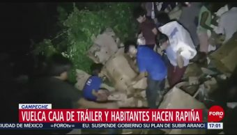 FOTO: Habitantes hacen rapiña tras volcadura de tráiler en Campeche, 13 octubre 2019