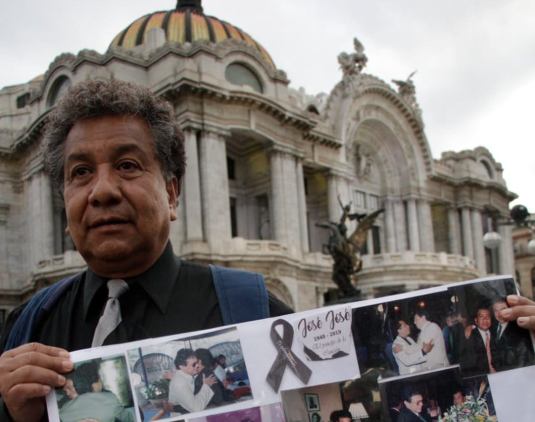"""Foto: Los seguidores del llamado """"Príncipe de la Canción"""" vitorean al ídolo musical, 9 octubre 2019"""