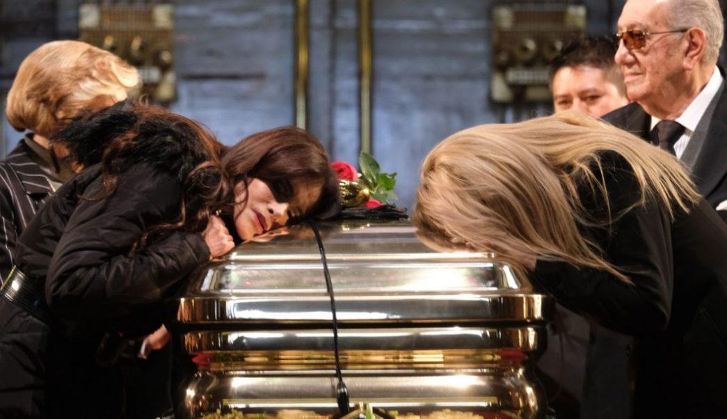 Foto: Lucía Méndez y Dulce lloran ante féretro de José José, 9 de octubre de 2019, Ciudad de México