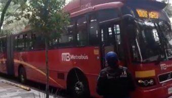 FOTO Metrobús frena bruscamente para evitar choque, hay 10 heridos (Noticieros Televisa)