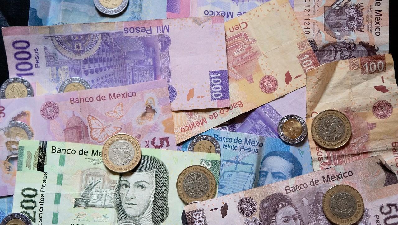 El peso mexicano culminó el jueves con una leve pérdida