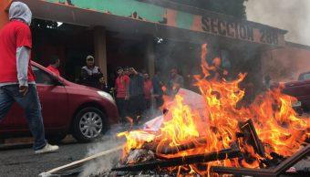 Foto: Un grupo de mineros quemaron muebles y cosas afuera del Sindicato Minero en Monclova, Coahuila. Twitter/@siglocoah05