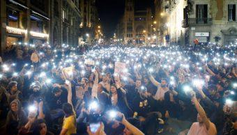Manifestantes independentistas se concentran frente a jefatura policiaca en Barcelona.