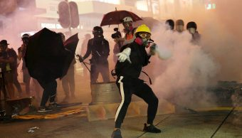 Foto: Los manifestantes radicales lanzaron cócteles molotov contra policías, 20 octubre 2019